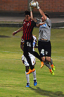 CUCUTA - COLOMBIA -08 -03-2015: Edwin Movil (Izq.) jugador de Cucuta Deportivo disputa el balón con Joel Silva (Der.) portero de Deportes Tolima, durante partido entre Cucuta Deportivo y Deportes Tolima por la fecha 9 de la Liga Aguila I-2015, jugado en el estadio General Santander de la ciudad de Cucuta.  / Edwin Movil (L) player of Cucuta Deportivo vies for the ball with Joel Silva (R) goalkeeper of Deportes Tolima, during a match between Cucuta Deportivo and Deportes Tolima for the date 9 of the Liga Aguila I-2015 at the General Santander Stadium in Cucuta city, Photo: VizzorImage  / Cont.