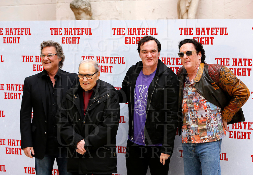 Il regista statunitense Quentin Tarantino, secondo da destra, posa con gli attori Kurt Russell, sinistra, e Michael Madsen, destra, e il compositore Ennio Morricone, durante un photocall per la presentazione del suo nuovo film &quot;The Hateful Eight&quot; a Roma, 28 gennaio 2016.<br />
