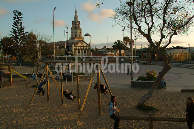 Plaza e iglesia en la ciudad de Caldera en la region de Atacama.+niño, religion *Church and square of Caldera city in the Atacama region in the north of Chile +kid, church