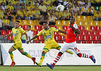 BUCARAMANGA - COLOMBIA, 07-04-2019: Luis Hurtado del Bucaramanga disputa el balón con Baldomero Perlaza de Santa Fe durante partido por la fecha 14 de la Liga Águila I 2019 entre Atlético Bucaramanga e Independiente Santa Fe jugado en el estadio Alfonso Lopez de la ciudad de Bucaramanga. / Luis Hurtado of Bucaramanga fights for the ball with Baldomero Perlaza of Santa Fe during match for the date 14 of the Liga Aguila I 2019 between Atletico Bucaramanga and Independiente Santa Fe played at the Alfonso Lopez stadium of Bucaramanga city. Photo: VizzorImage / Oscar Martinez / Cont