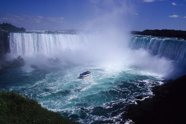 CANADA, ONTARIO, NIAGARA RIVER, NIAGARA FALLS, HORSESHOE FALLS, MAID OF THE MIST