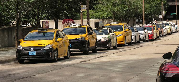 Transportation photos, taxi cab, cab, cab stand. (DePaul University/Jamie Moncrief)