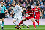 Karim Benzema (l) of Real Madrid battles for the ball with Ever Banega of Sevilla FCduring the La Liga 2017-18 match between Real Madrid and Sevilla FC at Santiago Bernabeu Stadium on 09 December 2017 in Madrid, Spain. Photo by Diego Souto / Power Sport Images