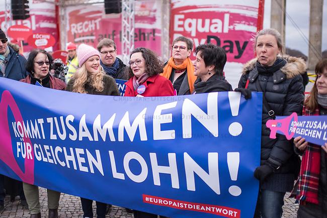 """Kundgebung des Deutschen Gewerkschaftsbund (DGB), des Sozialverbands Deutschland (SovD) und Deutscher Frauenrats am Montag den 18. Maerz 2019 in Berlin zum """"Equal PayDay"""".<br /> Der Equal PayDay (EPD), der internationale Aktionstag fuer Lohngleichheit zwischen Frauen und Maennern, macht auf die bestehende Ungerechtigkeit in der Bezahlung von Frauen gegenueber Maennern aufmerksam und wird in zahlreichen Laendern an unterschiedlichen Tagen begangen. In Deutschland markiert der Aktionstag symbolisch die Lohnluecke zwischen Frauen und Maennern. Die durchschnittliche Lohndifferenz von 21Prozent entspricht einem Zeitraum von 77 Kalendertagen im Jahr.<br /> An der Kundgebung des DGB nahmen etliche Politikerinnen und Politiker teil.<br /> Im Bild mit rotem Mantel: Andrea Nahles, Vorsitzende der Sozialdemokratischen Partei Deutschlands, SPD.<br /> 18.3.2019, Berlin<br /> Copyright: Christian-Ditsch.de<br /> [Inhaltsveraendernde Manipulation des Fotos nur nach ausdruecklicher Genehmigung des Fotografen. Vereinbarungen ueber Abtretung von Persoenlichkeitsrechten/Model Release der abgebildeten Person/Personen liegen nicht vor. NO MODEL RELEASE! Nur fuer Redaktionelle Zwecke. Don't publish without copyright Christian-Ditsch.de, Veroeffentlichung nur mit Fotografennennung, sowie gegen Honorar, MwSt. und Beleg. Konto: I N G - D i B a, IBAN DE58500105175400192269, BIC INGDDEFFXXX, Kontakt: post@christian-ditsch.de<br /> Bei der Bearbeitung der Dateiinformationen darf die Urheberkennzeichnung in den EXIF- und  IPTC-Daten nicht entfernt werden, diese sind in digitalen Medien nach §95c UrhG rechtlich geschuetzt. Der Urhebervermerk wird gemaess §13 UrhG verlangt.]"""