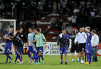 MEDELLÍN -COLOMBIA-08-05-2014.  Jugadores de Defensoral final del encuentro de ida entre Atlético Nacional de Colombia y Defensor Sporting de Uruguay  por los cuartos de final de la Copa Bridgestone Libertadores 2014 jugado en el estadio Atanasio Girardot de Medellín, Colombia./  Players of Defensor at the end of the first leg match between Atletico Nacional of Colombia and Defensor Sporting of Uruguay for the quaterfinals of the Copa Libertadores championship 2014 played at Atanasio Girardot stadium in Medellin, Colombia. Photo: VizzorImage/ Luis Ríos /STR