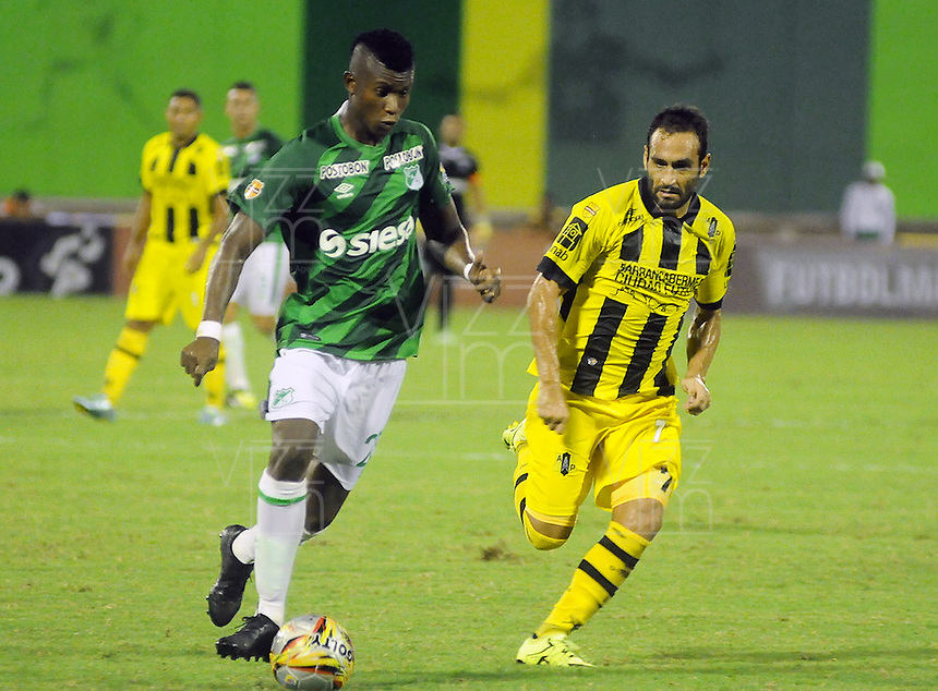 BARRANCABERMEJA -COLOMBIA, 09-08-2015.  Mateo Figoli (Der) jugador de Alianza Petrolera strugglescon Jeison Suarez (Izq) de Deportivo Cali durante encuentro  por la fecha 5 de la Liga Aguila II 2015 disputado en el estadio Daniel Villa Zapata de la ciudad de Barrancabermeja./ Mateo Figoli  (R) player of Alianza Petrolera fights for the ball with Jeison Suarez (L) player of Deportivo Cali during match for the 5th date of the Aguila League II 2015 played at Daniel Villa Zapata stadium in Barrancebermeja city. Photo:VizzorImage / Jose Martinez / Cont