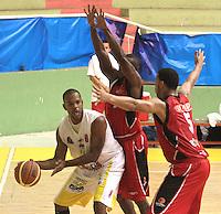 BUCARAMANGA -COLOMBIA- 28 -09-2013. Martinez(Izq) jugador de Bucaros  pelea el balon contra Romero(Der)  de Halcones de Cucuta  , partido correspondiente a la  Liga DIRECTV de Baloncesto profesional segundo semestre jugado en el coliseo Vicente Diaz Romero de la ciudad de Bucaramanga / Martinez (L) Bucaros player fight for the ball against Romero (R) of Cucuta Falcons, game in the Professional Basketball League DIRECTV second half played at the Coliseum Vicente Diaz Romero of the city of Bucaramanga.Photo / Duncan Bustamante / VizzorImage  /Stringer