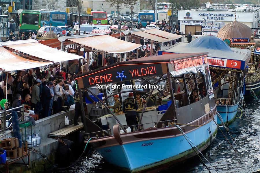 TURQUIA-ESTAMBUL.Puestos de comida en la zona  del puerto en el puente de Galata en Estambul..foto JOAQUIN GOMEZ SASTRE©