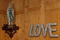 Europe/Suisse/Pays d'Enhaut/Rougemont: Restaurant: Le Comptoir d'Enhaut by Tchou, Détail insolite de la salle du restaurant- Patrick Tschudin reçoit le tout Genève en goguette dans ce qui fut le réfectoire d'un ancien pensionnat de jeunes filles.