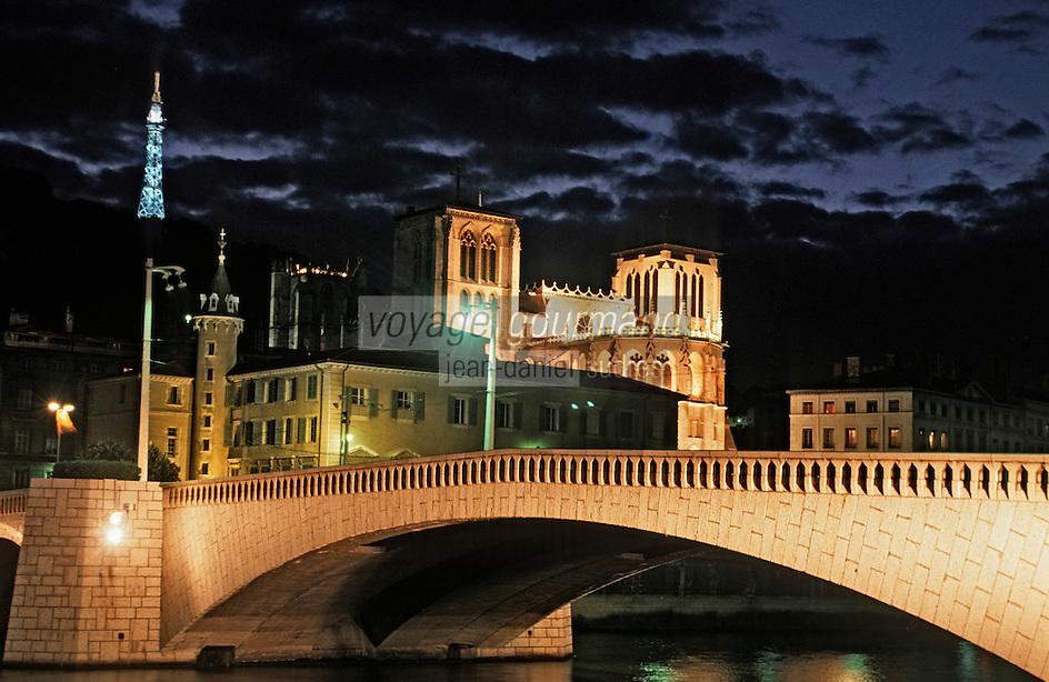 Europe/France/Rhône-Alpes/69/Rhône/Lyon: L'église primatiale Saint-Jean (Gothique) et la basilique Notre-Dame-de-Fourvière (1896 Gothico-byzantine) - Vue de nuit