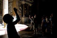 Rome continue to be one of the most visited city in the world..Roma continua ad essere una delle città più visitata al mondo.Tourists visiting Pantheon