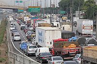FOTO EMBARGADA PARA VEICULOS INTERNACIONAIS. SAO PAULO, SP, 30-11-2012, TRANSITO.A Marginal Tiete sentido da Rod. Castelo Branco, tem trafego intenso na manha dessa Sexta-feira (30). Luiz Guarnieri/ Brazil Photo Press.