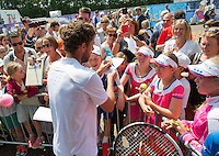 Netherlands, Rosmalen , June 10, 2015, Tennis, Topshelf Open, Autotron, Robin Haase (NED) signing autoraphs on kidsday<br /> Photo: Tennisimages/Henk Koster