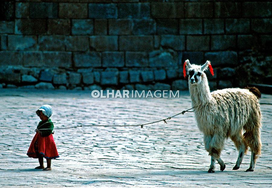 Criança e Lhama na cidade de Cusco. Perú. Foto de Juca Martins. Data: 1994
