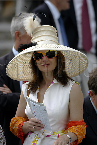 27 July 2004: A lady wearing a wide-brimmed hat and sunglasses at Goodwood Photo: Glyn Kirk/Action Plus...horse racing 040727 flat race card fashion
