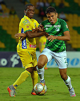 ARMENIA, COLOMBIA, 22-11-2015: Arnold Palacios (Izq) del Atlético Huila disputa el balón con Andres Roa (Der) del Deportivo Cali durante partido válido por la fecha 20 de la Liga Aguila II 2015 jugado en el estadio Centeneraio de la ciudad de Armenia./ Arnold Palacios (L) player of Atletico Huila fights for the ball with  Andres Roa (R) player of Deportivo Cali during match valid for the date 20 of the Aguila League II 2015 played at Centenario stadium in Armenia city. Photo: VizzorImage/INTI