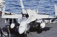 """cacciabombardiere F 18 """"Hornet"""" a bordo di una portaerei US Navy in Mediterraneo"""