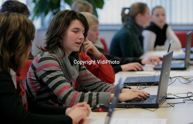 Foto: VidiPhoto..APELDOORN - Leerlingen Driestar bezoek Reformatorische Dagblad.