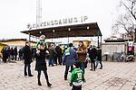 Stockholm 2014-03-01 Bandy SM-semifinal 1 Hammarby IF - V&auml;ster&aring;s SK :  <br /> Anna Klingborg med barn , sambo med Hammarbys Stefan Erixon ,  utanf&ouml;r huvudentr&eacute;n till Zinkensdamms IP innan matchen med &ouml;vrig publik<br /> (Foto: Kenta J&ouml;nsson) Nyckelord:  VSK Bajen HIF Zinkensdamm Zinken supporter fans publik supporters utomhus exteri&ouml;r exterior