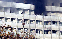 KAB01. Kabul (Afghanistan), 21/01/2018.- A man falls from the fourth floor as he tries to use fabric to scale down the facade of a wall after an armed attack the Intercontinental Hotel in Kabul, Afghanistan, 21 January 2018. On 20 January a group of armed insurgents attacked Kabul's Intercontinental Hotel, a luxury establishment frequently visited by foreigners. It is still unclear if the attack resulted in any civilian casualties. (Afganistán, Atentado) EFE/EPA/JAWAD JALALI