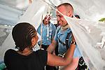 Michelène Joassaint rencontre le 20/01/2010 pour la première fois le pompier Alexandre Pertin, membre de l'ONG française FAUSI, qui a sauvé sa fille Elizabeth la veille. Après une semaine sous les décombres du séisme, le bébé de moins d'un mois récupère bien à l'hôpital St Michel de Jacmel (Haiti).