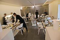 Europe/France/Bretagne/56/Morbihan/Lorient: restaurant: L'Amphytrion - Le personnel dresse la salle