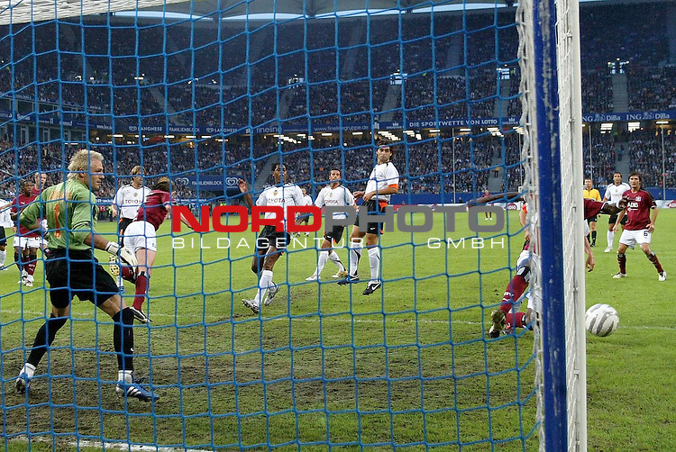 UI-Cup 2005/2006 <br /> <br /> Hamburger SV - Valencia CF<br /> <br /> Emile Mpenza verschiesst ein Tor und der Spanier Santiago Canizares Ruiz schaut froh hinterher.<br /> <br /> Foto &copy; nordphoto <br /> <br /> <br /> <br /> <br /> <br /> <br /> <br />  *** Local Caption *** Foto ist honorarpflichtig! zzgl. gesetzl. MwSt.<br /> <br /> Belegexemplar erforderlich<br /> <br /> Adresse: nordphoto<br /> <br /> Georg-Reinke-Strasse 1<br /> <br /> 49377 Vechta