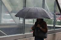 SÃO PAULO, SP, 03.02.2020: CLIMA-CHUVA-SP - Pedestres se protegem da chuva na avenida Paulista, região central de São Paulo, na manhã desta segunda-feira, 03. No decorrer do dia o tempo segue instável com muita nebulosidade, chuvas leves e garoa, que se alternam com períodos de melhoria. Dessa forma, as temperaturas não sobem muito e as máximas oscilam em torno dos 23ºC, enquanto a umidade relativa do ar permanece acima dos 70%. (Foto: Fábio Vieira/FotoRua)