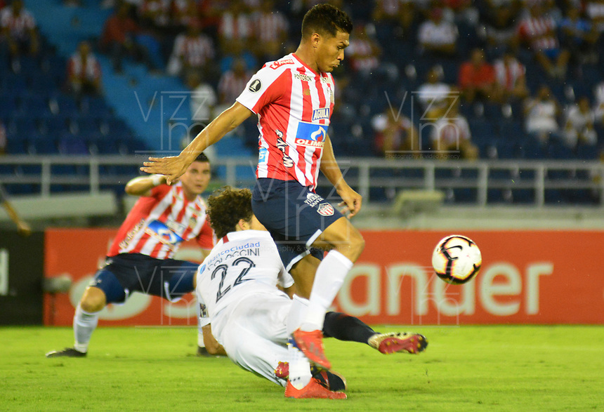 BARRANQUILLA - COLOMBIA ,25-04-2019: Teofilo Gutierrez (Der.) jugador del Atlético Junior  de Colombia  disputa el balón con Fabricio Coloccini (Izq.) jugador del  San Lorenzo  de Argentina durante partido por la fase de grupos (Vuelta) fecha 5 de la Copa CONMEBOL Libertadores 2019 jugado en el estadio Metropolitano Roberto Meléndez de la ciudad de Barranquilla . / Teofilo Gutierrez (R) Player of Atlético Junior of Colombia disputes the ball with Fabricio Coloccini  (L) player of San Lorenzo of Argentina during the group stage (comeback) date 5 of the Copa CONMEBOL Libertadores 2019 played at the Metropolitan Stadium Roberto Meléndez from the city of Barranquilla . Photo: VizzorImage / Alfonso Cervantes / Contribuidor.