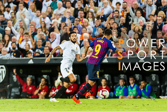 Luis Suarez of FC Barcelona (R) in action against Ezequiel Garay of Valencia CF (L) during their La Liga 2018-19 match between Valencia CF and FC Barcelona at Estadio de Mestalla on October 07 2018 in Valencia, Spain. Photo by Maria Jose Segovia Carmona / Power Sport Images