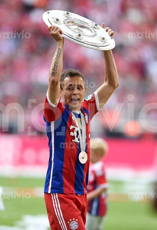 FUSSBALL   1. BUNDESLIGA   SAISON 2013/2014  34. SPIELTAG FC Bayern Muenchen - VfB Stuttgart             10.05.2014 Der FC Bayern feiern die 24. Deutsche Meisterschaft: Rafinha mit Meisterschale