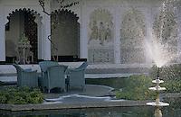 """Asie/Inde/Rajasthan/Udaipur: Hôtel """"Taj Lake Palace"""" sur le lac Pichola - Détail du patio"""
