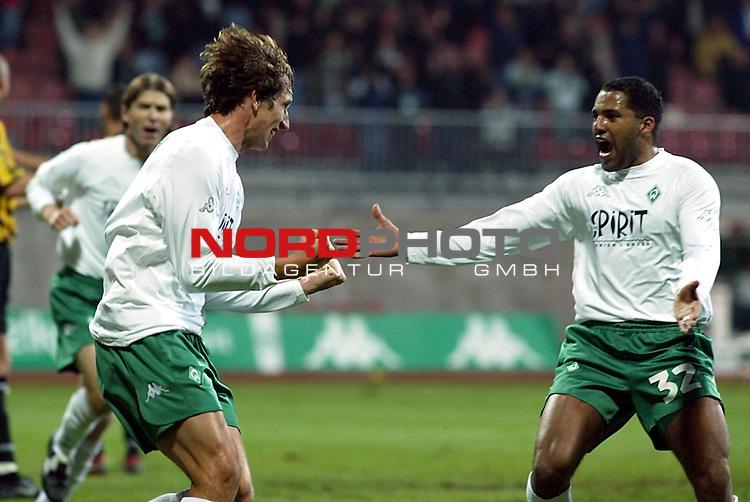 UEFA Pokal 2002/2003 2. Runde - Rueckspiel<br />  SV Werder Bremen vs Vitesse Arnheim <br /> 1:0 durch Frank Baumann, Ailton gratuliert<br /> Foto &copy; nordphoto <br />  *** Local Caption *** Foto ist honorarpflichtig! zzgl. gesetzl. MwSt.<br />  Belegexemplar erforderlich<br /> Adresse: nordphoto<br /> Georg-Reinke-Strasse 1<br /> 49377 Vechta