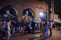 APARECIDA, SP, 23.07.2013 - PAPA NO BRASIL / APARECIDA -Pelegrinos em acampamento na calçada no Santuario Nacional de Aparecida um dia antes da visita do Papa Francisco, nesta terça-feira, 23. (Foto: Adriano Lima / Brazil Photo PresS).