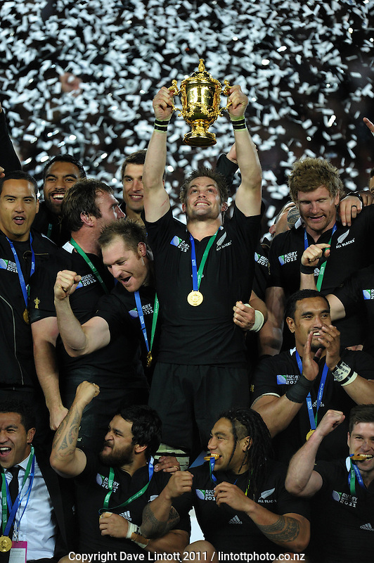 All Blacks captain Richie McCaw holds the Webb Ellis trophy aloft after the All Blacks v France IRB Rugby World Cup 2011 final  at Eden Park, Auckland, New Zealand on Sunday, 23 October 2011. Photo: Dave Lintott / lintottphoto.co.nz