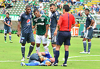 CALI -COLOMBIA-17-04-2016. Cesar Amaya (C) del Deportivo Cali conversa con Elkin Blanco (Izq) y Andres Cadavid (Der) de Millonarios durante partido por la fecha 13 de la Liga Águila I 2016 jugado en el estadio Palmaseca de Cali./ Cesar Amaya (C) player of Deportivo Cali talks with Elkin Blanco ((L) and Andres Cadavid (R) player of Millonarios during match for the date 13 of the Aguila League I 2016 played at Palmaseca stadium in Cali. Photo: VizzorImage/ NR / Cont