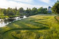 France, Maine-et-Loire (49), Brissac-Quincé, château de Brissac, jeu d'allées dans la prairie et ruisseau de Montayer (vue aérienne)