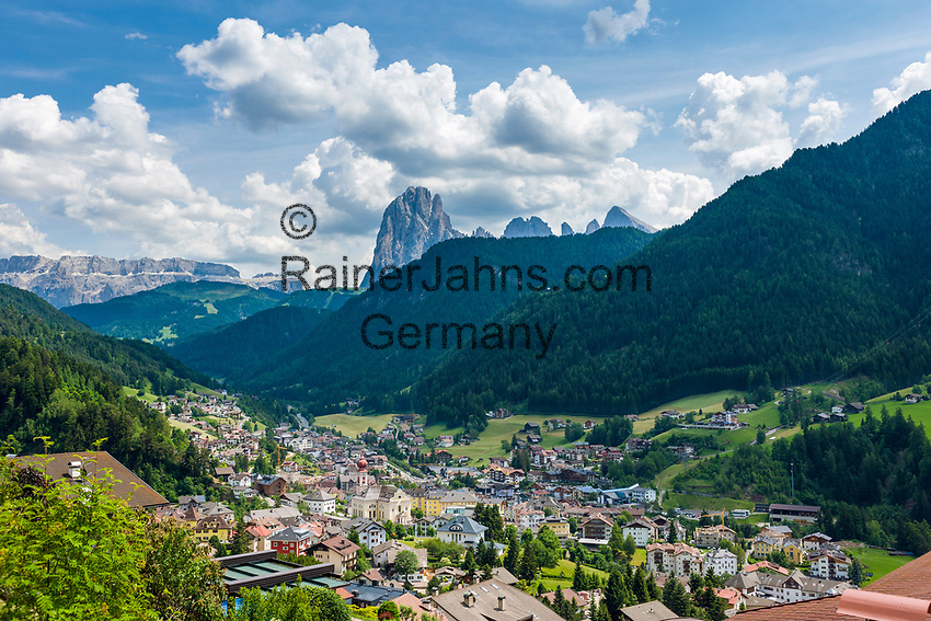 Italy, South Tyrol (Trentino - Alto Adige), Dolomites, Ortisei at Val Gardena with parish church St Ulrich in Gardena and Sassolungo mountain | Italien, Suedtirol, Dolomiten, St. Ulrich im Groednertal mit Pfarrkirche St. Ulrich in Groeden vorm Langkofel