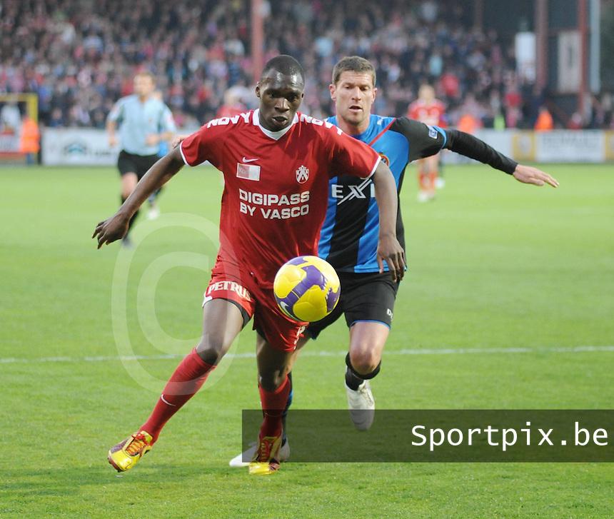 KV Kortrijk - Club Brugge ..Christian Liolo Benteke aan de bal met achter zich Peter Van der Heyden..foto VDB / BART VANDENBROUCKE