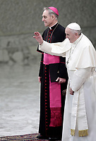 Papa Francesco saluta i fedeli al suo arrivo all'udienza l'Udienza Generale del mercoledi' in aula Paolo VI in Vaticano, 20 dicembre 2017.<br /> Pope Francis waves faithful as he arrives to lead his weekly general audience in Paul VI Hall at the Vatican, on December 20, 2017.<br /> UPDATE IMAGES PRESS/Isabella Bonotto<br /> <br /> STRICTLY ONLY FOR EDITORIAL USE