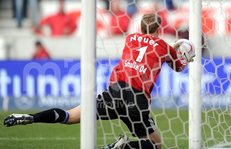 Fussball 1. Bundesliga:  Saison   2010/2011    25. Spieltag VfB Stuttgart - FC Schalke 04   05.03.2011 Torwart Manuel Neuer (FC Schalke 04)  rettet den Ball auf der Linie