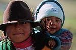Amérique du Sud. Equateur. Trekking sur les volcans d'Equateur. Jeunes indiennes dans la région de Tigua (4000 m).South America. Ecuador. Trekking on the volcanoes