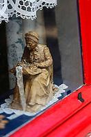 Europe/Belgique/Flandre/Flandre Occidentale/Bruges: Statuette, enseigne erprésentant une dentellière