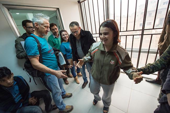 Sehid Xebat Hospital unter YPG-Verwaltung in Qamishli, Rojava/Syrien.<br /> Im Bild: Eine Kaempferin der YPJ, der Fraueneinheit in der Armee der YPG, wurde in Kobane angeschossen und im Krankenhaus operiert. Trotz der OP wird sie weiterhin unter Laehmungen in den Beinen leiden.<br /> Links im Bild: Ein Arzt der fuer die medizinische Hilfsorganisation PHNX aus Deutschland eine Recherchereise zu medizinischen Einrichtungen gemacht hat. <br /> 14.12.2014, Qamishli/Rojava/Syrien<br /> Copyright: Christian-Ditsch.de<br /> [Inhaltsveraendernde Manipulation des Fotos nur nach ausdruecklicher Genehmigung des Fotografen. Vereinbarungen ueber Abtretung von Persoenlichkeitsrechten/Model Release der abgebildeten Person/Personen liegen nicht vor. NO MODEL RELEASE! Nur fuer Redaktionelle Zwecke. Don't publish without copyright Christian-Ditsch.de, Veroeffentlichung nur mit Fotografennennung, sowie gegen Honorar, MwSt. und Beleg. Konto: I N G - D i B a, IBAN DE58500105175400192269, BIC INGDDEFFXXX, Kontakt: post@christian-ditsch.de<br /> Bei der Bearbeitung der Dateiinformationen darf die Urheberkennzeichnung in den EXIF- und  IPTC-Daten nicht entfernt werden, diese sind in digitalen Medien nach &sect;95c UrhG rechtlich geschuetzt. Der Urhebervermerk wird gemaess &sect;13 UrhG verlangt.]