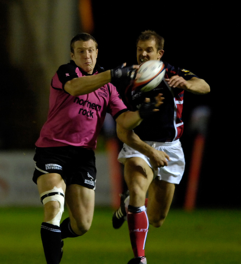 Photo: Jed Wee..Newcastle Falcons v Llanelli Scarlets. EDF Anglo-Welsh Cup. 06/10/2006...Newcastle's John Rudd (L).