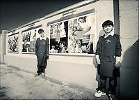 """Alunni delle scuole locali alla mostra sulla storia dell'Unicef e sugli """"obiettivi di sviluppo del millennio"""" all' inaugurazione del """"Parco della legalità"""" di Casapesenna."""