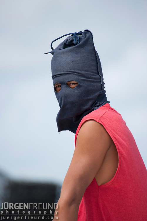 Jewelmer worker protects himself from the sun with selfmade hood