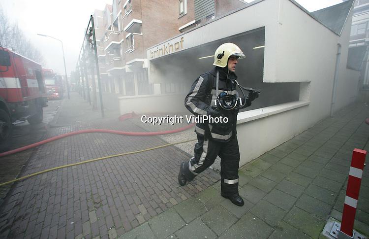 APELDOORN - In een parkeergarage onder een appartementencomplex in Apeldoorn is vrijdag brand uitgebroken na een explosie. De 42 aanwezige bewoners van de 68 woningen moesten geëvacueerd worden. Door hevige rookontwikkeling kon de brandweer de garage lange tijd niet in. Dat gebeurde pas na het plaatsen van ventilatoren. De oorzaak van de ontploffing is nog niet bekend. De garage biedt plaats aan 70 auto's. Foto: VidiPhoto