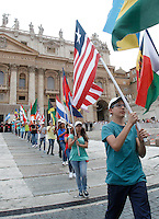 Appartenenti del Rinnovamento nello Spirito Santo attendono l'arrivo di Papa Francesco in Piazza San Pietro, Citta' del Vaticano, 3 luglio 2015.<br /> Members of the Catholic Charismatic Renewal movement wait for the arrival of Pope Francis in St. Peter's Square at the Vatican, 3 July 2015.<br /> UPDATE IMAGES PRESS/Isabella Bonotto<br /> <br /> STRICTLY ONLY FOR EDITORIAL USE