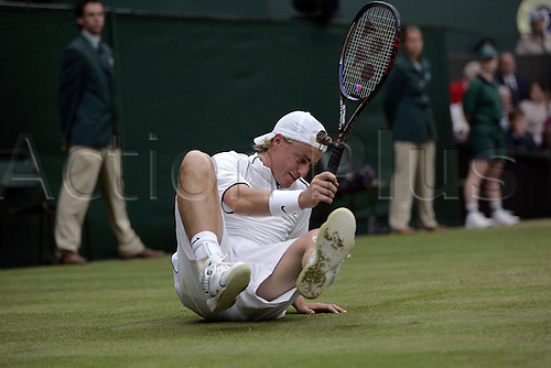 30 June 2004: Australian player LLEYTON HEWITT (AUS) picks himself off the floor during his defeat in the men's singles quarter final to Federer at the All England Lawn Tennis Championships, Wimbledon, London. Federer beat Hewitt 6-1, 6-7, 6-0, 6-4 Photo: Glyn Kirk/Action Plus...040630 player Tennis man